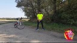 Ciclista abusa di turista per strada