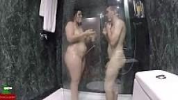 Cortando el pelo pubico esta pareja se pone cachonda y termina follando en la ducha GUI049