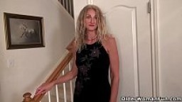 American milf Lauren gets aroused easily in her pantyhose