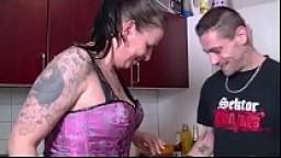 Geile Stieftante in der Küche abgefickt -