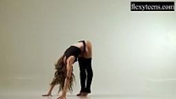 Watch the sexy brunette Ursula Fe doing a bridge